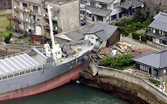 http://www.controleradar.org/data6/bateau-echoue-japon.jpg